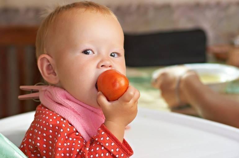 Как научить ребенка живать твердую пищю